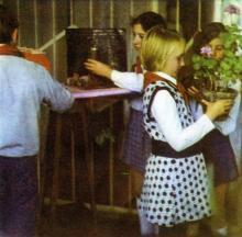 Уход за цветами — любимое занятие детей. Фото И.С. Карпа в проспекте «Республиканский детский клинический санаторий им. Октябрьской революции», 1983 г.