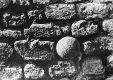 Эти ядра, застывшие в куртинах, — свидетели грозного прошлого земли Белгородской. Фото Д.П. Вздвижкова в фотоочерке «Белгород-Днестровская крепость», 1975 г.