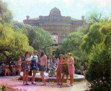 Перед зданием педагогического училища. Фото в книге «Белгород-Днестровский». 1977 г.