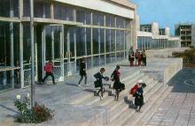 Село Шабо. Здание школы. Фото Б. Круцко из набора открыток «Белгород-Днестровский», 1974 г.