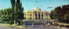 Железнодорожный вокзал. Фото Т. Бакмана, А. Наталиной из комплекта открыток «Город-герой Одесса», 1968 г.