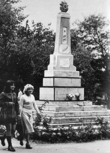 Памятник советским воинам в парке Победы. Фото в книге «Белгород-Днестровский». 1977 г.