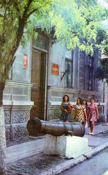 Старинная пушка у входа в краеведческий музей. Фото в книге «Белгород-Днестровский». 1977 г.