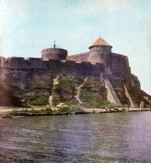 Силуэт древней крепости виден издалека. Фото в книге «Белгород-Днестровский». 1977 г.