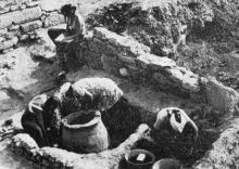 Раскрываются тайны древней Тиры. Фото в книге «Белгород-Днестровский». 1977 г.