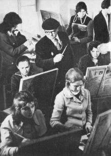 Идут занятия в детской художественной школе. Фото в книге «Белгород-Днестровский». 1977 г.