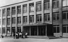 Школа. Фото в книге «Белгород-Днестровский». 1977 г.