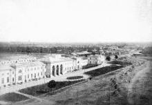 Боковой фасад пассажирского вокзала, вход для пассажиров III класса, со стороны Старосенной площади, 1884 г.
