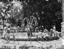 Парк имени В.И. Ленина — любимое место отдыха детворы. Фото в книге «Белгород-Днестровский». 1973 г.