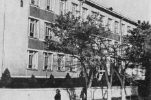 Учебный корпус рыбопромышленного техникума на ул. Независимости (Калинина). Фото в книге «Белгород-Днестровский». 1973 г.