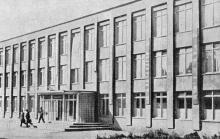 Средняя школа № 4. Фото в книге «Белгород-Днестровский». 1973 г.