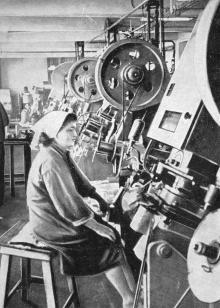 В одном из цехов рыбоконсервного комбината. Фото в книге «Белгород-Днестровский». 1973 г.