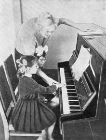 В детской музыкальной школе. Фото в книге «Белгород-Днестровский». 1973 г.