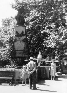 Возле памятника Пушкину. Одесса. 1959 г.