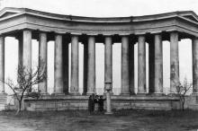 Возле колоннады Дворца пионеров