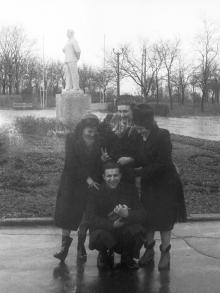 Одесса. Парк Шевченко. Памятник Сталину на клумбе в начале будущей аллеи Славы