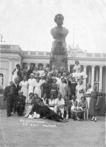 Отдыхающие дома отдыха книготорговли на экскурсии у памятника Пушкину. Одесса, июнь, 1940 г.
