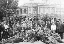 Отдыхающие дома отдыха ЦК Союза ж/д заводов на экскурсии возле театра оперы и балета. Одесса. 27 сентября 1940 г.