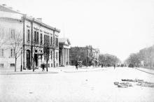 Дерибасовская ул. со стороны Садовой, слева здание гауптвахты, конец XIX века