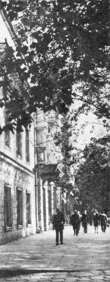 В этом здании в 1823 г. жил А.С. Пушкин. Фото в фотобуклете «Одесса. Страницы литературы и искусства», 1973 г.