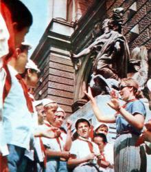 Здание театра оперы и балета неизменно привлекает внимание многочисленных туристов. Фото в фотобуклете «Одесса. Страницы литературы и искусства», 1973 г.