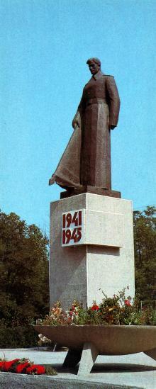 Памятник советским воинам-освободителям в пгт Затока. Открытка из комплекта «Белгород-Днестровский» 1986 г.
