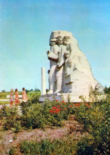 Скульптурная группа «Народные мстители». Фото на открытке из набора «Місто-герой Одеса», 1980 г.