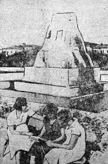 Около фонтана в сквере им. 9 января. Фото Г. Овчаренко в газете «Чорноморська комуна», 1935 г.