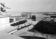 Вид на Думскую площадь с крыши Городского театра, справа Английский клуб, фотография конца XIX века