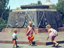 Памятник борцам за установление Советской власти в Одессе (1920 г.). Фото Д. Бальтерманца в книге-фотогармошке «Одесса». 1970-е гг.