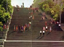 Потемкинская лестница. Названа в честь революционного восстания на броненосце «Потемкин» в 1905 г. Фото Д. Бальтерманца в книге-фотогармошке «Одесса». 1970-е гг.