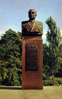 Памятник маршалу Р.Я. Малиновскому, дважды Герою Советского Союза. Фото Д. Бальтерманца в книге-фотогармошке «Одесса». 1970-е гг.