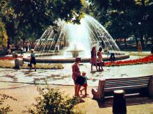 Сквер на Привокзальной площади. Фото Д. Бальтерманца в книге-фотогармошке «Одесса». 1970-е гг.
