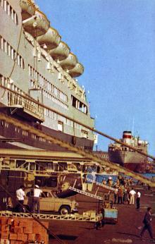 В Одесском порту лайнер «Иван Франко». Фото Д. Бальтерманца в книге-фотогармошке «Одесса». 1970-е гг.
