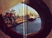Ильичевский порт. Фото Д. Бальтерманца. Форзац книги-фотогармошки «Одесса». 1970-е гг.