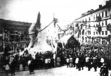 Открытие памятника Екатерине II, снимок в момент падения завесы с памятника, 6 мая 1900 г.
