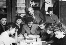 Н.В. Блажков в кабинете Лидии Львовны во Дворце пионеров на занятиях кружка эсперантистов.