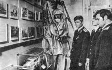 Группа отличников пожарной охраны знакомится с экспонатами музея. Фото М. Рыбака в буклете «Музей истории органов внутренних дел Одесской области», 1980 г.
