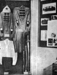 Форма, которую носили работники милиции в первые годы Советской власти. Фото М. Рыбака в буклете «Музей истории органов внутренних дел Одесской области», 1980 г.