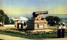 Одесса. Пушка, снятая с фрегата «Тигр», на Приморском бульваре. Фото А. Кричевского на открытке из комплекта «Одесса», 1959 г.