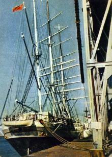Одесса. В порту у причала. Фото А. Кричевского на открытке из комплекта «Одесса», 1959 г.