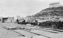 Сгоревшая эстакада и вагоны с грузом под ней. Фото Пудичева в журнале «Нива», № 28, 1905 г.