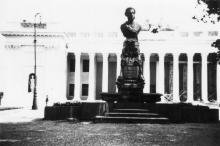 Памятник Пушкину на фоне ремонтируемого здания Думы. 1942 г.