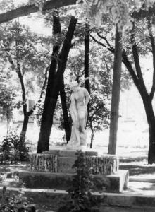 Скульптура «Купальщица» в сквере им. 9 января, напротив выхода из вокзала. Начало 1960-х гг.
