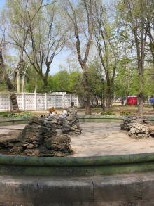 Фонтан на Соборной площади, слева забор стройки собора. Фото Анатолия Дроздовского, апрель, 2004 г.