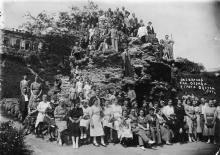 Экскурсия санатория Отрада у грота. Одесса. 1941 г.