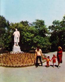 Памятник В.И. Ленину. Фото С.П. Стакузы в путеводителе «Белгород-Днестровский», 1985 г.