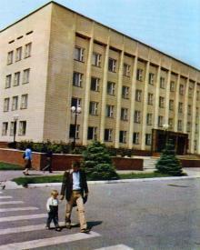 Здание городского комитета Коммунистической партии Украины. Фото С.П. Стакузы в путеводителе «Белгород-Днестровский», 1985 г.