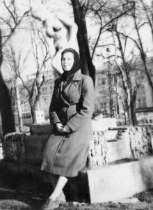 Возле скульптуры «Купальщица» в сквере им. 9 января. Начало 1960-х гг.