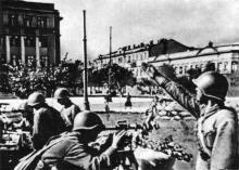 Зенитная батарея на площади Советской Армии (фото в фотоальбоме «Одесса. Память города-героя», 1989). Архивное фото 1944 г.